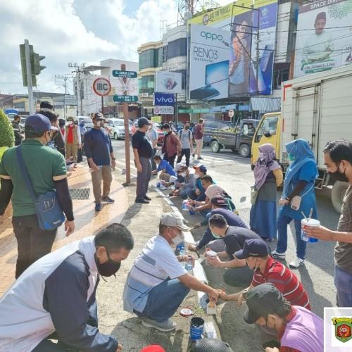Pengecatan Median Jalan Dalam Pelaksanaan Program 100 Hari Kerja